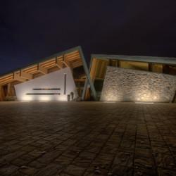 Rifugio del Vino: l'ingresso alla sala di degustazione in notturna