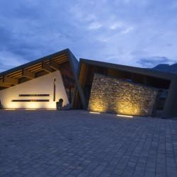 Rifugio del Vino: l'esterno della sala di degustazione e la connessione con la cantina storica