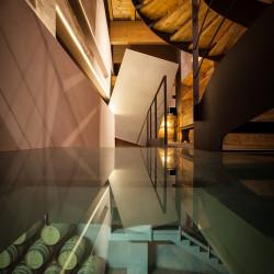 Rifugio del vino: lo scorcio di barricaia visibile dal pavimento di vetro