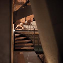 Rifugio del Vino: la scala in legno che porta in barricaia