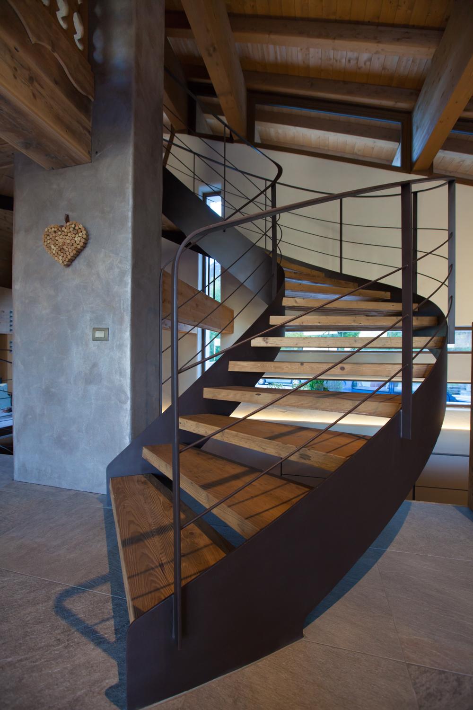 Rifugio del Vino: la scala a chiocciola in legno che porta al piano superiore