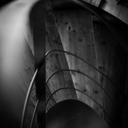 Rifugio del Vino: dettaglio in B&N della scala a chiocciola in legno