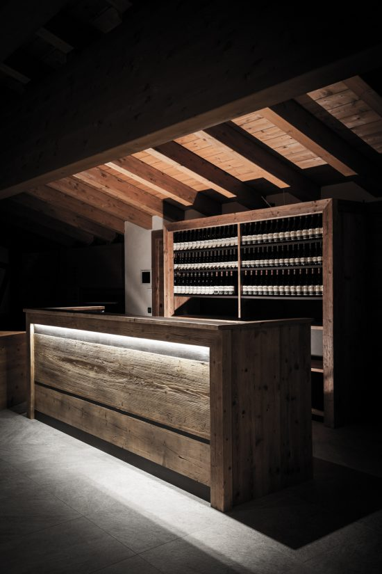 Rifugio del Vino: dietro il banco la scaffalatura per l'esposizione delle bottiglie