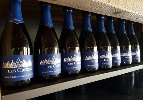 Bollicine Les Crêtes: in foto la bottiglie del Neblù Rosé. Il Neblu è un vitigno autoctono valdostano a bacca nera ed è per tradizione vinificato in Vino Rosso. Dal 2005 Les Crêtes ne ha avviato la vinificazione in spumante, dando vita ad un metodo classico unico nel suo genere.