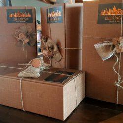 Confezioni regalo Les Crêtes :astucci in cartone con tappo spumante e nastro